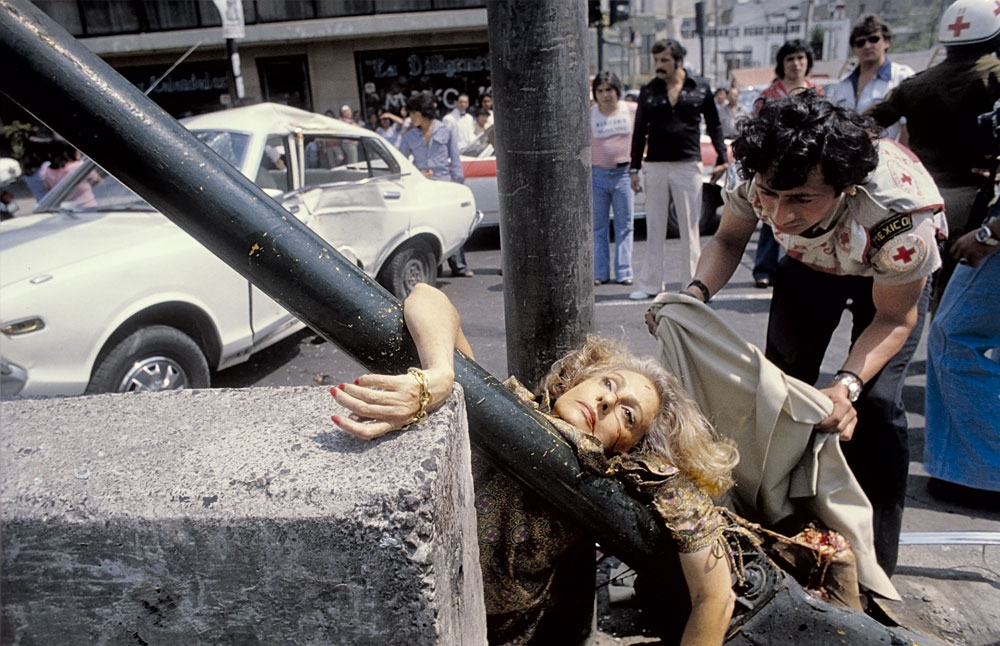 A escritora Adela Lagarreta Rivas saía do salão de beleza em direção à noite de autógrafos de  um livro seu, quando, ao atravessar a rua, foi atropelada por um Datsun branco e lançada contra um poste, em 1979