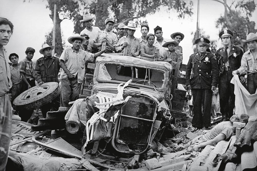 Um caminhão de carga destrói uma casa ao se chocar contra ela e mata uma pessoa, em 1953