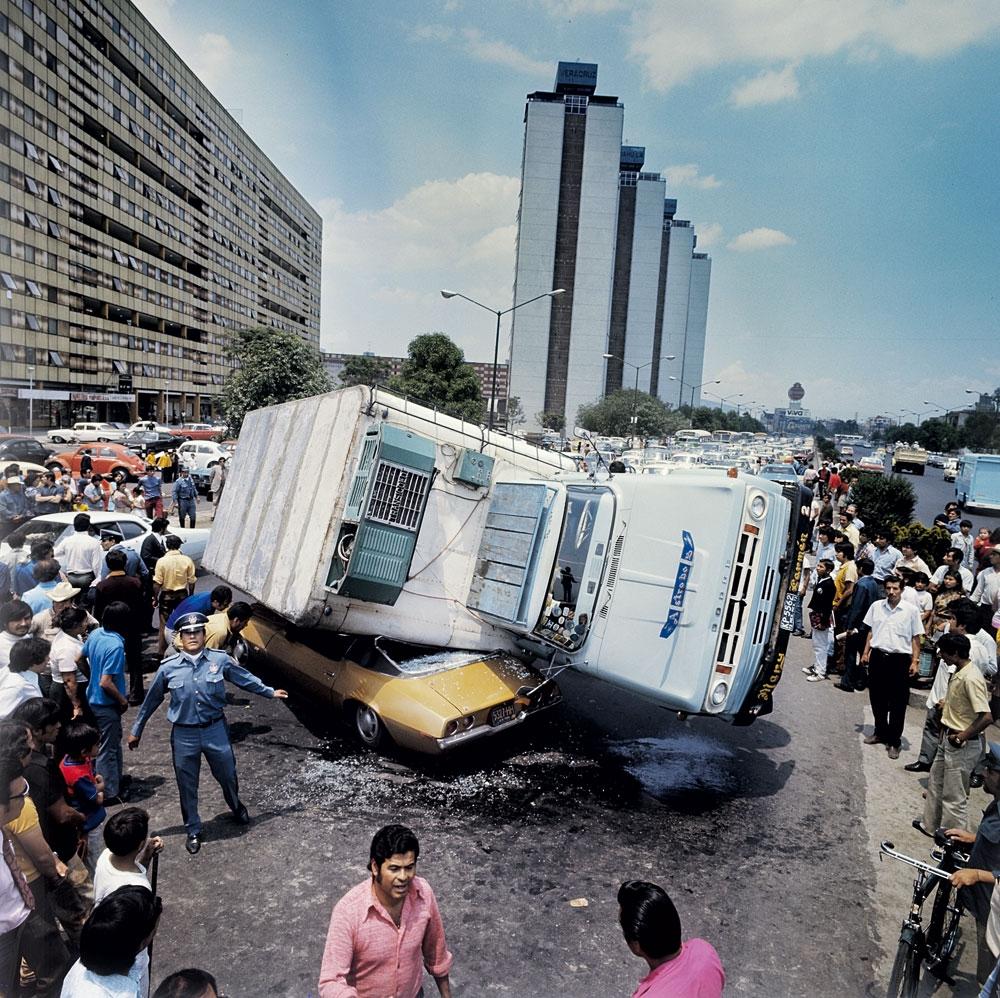 Em 1973, um caminhão perde o controle e tomba sobre um carro de turistas no Paseo de la Reforma