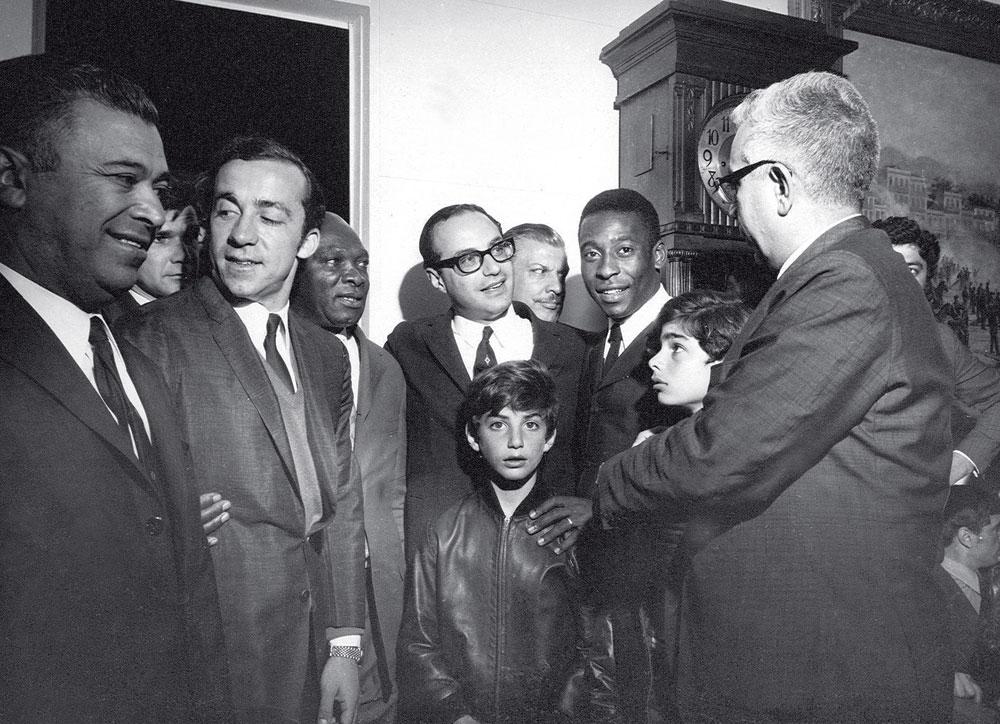 Foi Maluf que fez: o então prefeito – com os filhos Flávio (de frente) e Otávio – abraçado aos tricampeões Tostão, Mário Américo (massagista) e Pelé