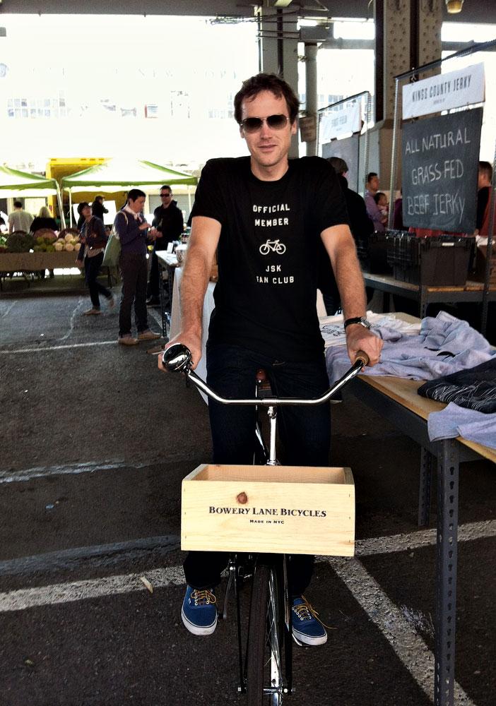 o jornalista e escritor americano Tom Vanderbilt com sua bicicleta artesanal