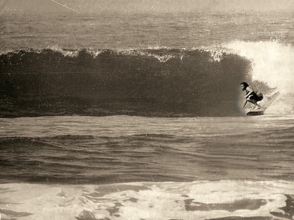 O fotógrafo Tito Rosemberg pega onda numa Prainha vazia, nos anos 1970