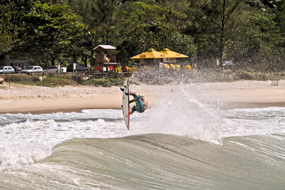 Scooby manda um aéreo na praia urbana mais incrível do Brasil