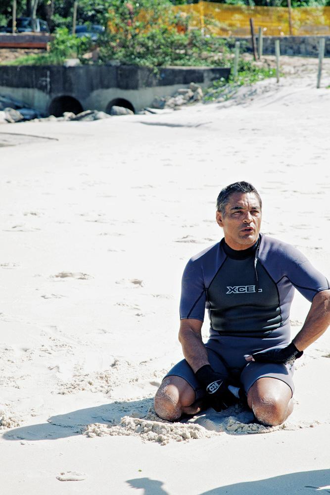 O lutador Rickson Gracie na Prainha