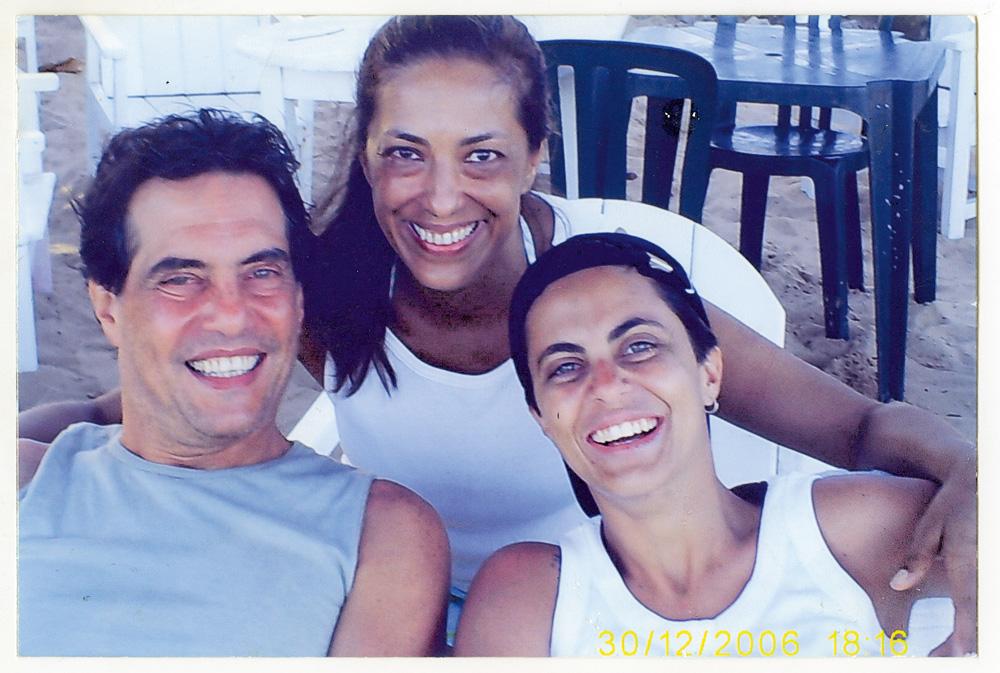 Com o pai, Silva Neto, e sua madrasta Teresa (ao centro)