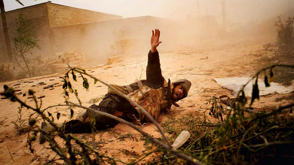 Rebelde é atingido pelas forças pró-Muammar Gadaffi, na cidade de Misratah