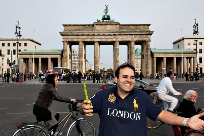 O mineiro Murilo Mendes e seu instrumento de trabalho em frente ao Portão de Brandemburgo, em Berlim: há quatro meses viajando pelo mundo a trabalho