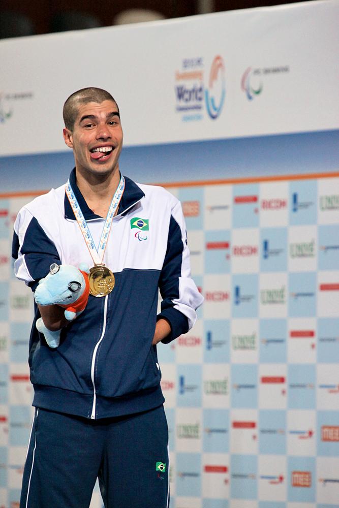 Daniel Dias, o mais premiado atleta paraolímpico brasileiro, com algumas das seis medalhas que ganhou nos Jogos de Londres