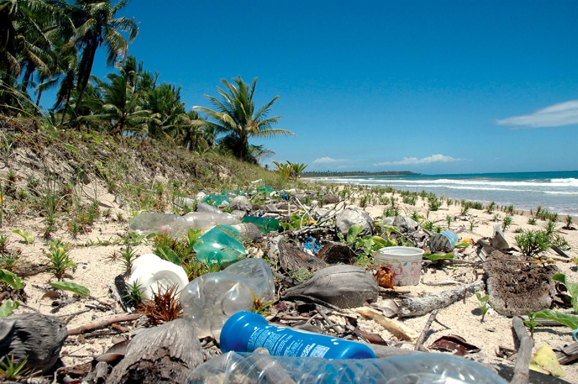 Flagrantes de embalagens encontradas no litoral da Bahia