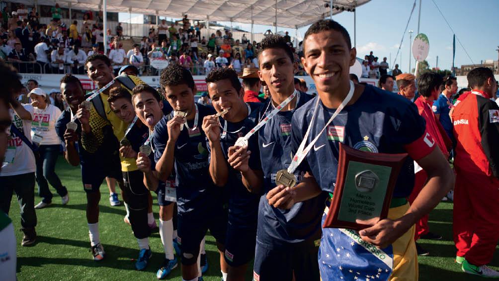 A Seleção Brasileira recebe medalha de bronze no Homeless World Cup 2012