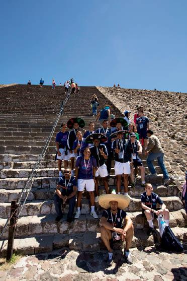 Os brasileiros em momento turístico pelo México: das ruas do Brasil aos autógrafos no exterior