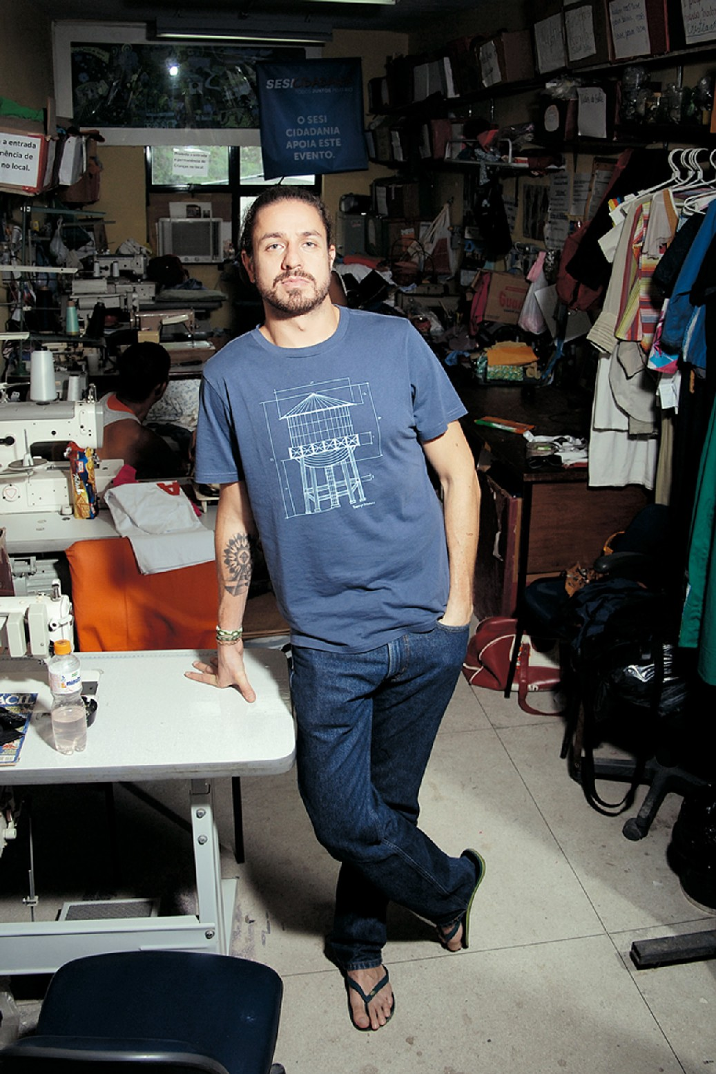 O consultor Lourenço Bustani na oficina de costureiras da Cidade de Deus