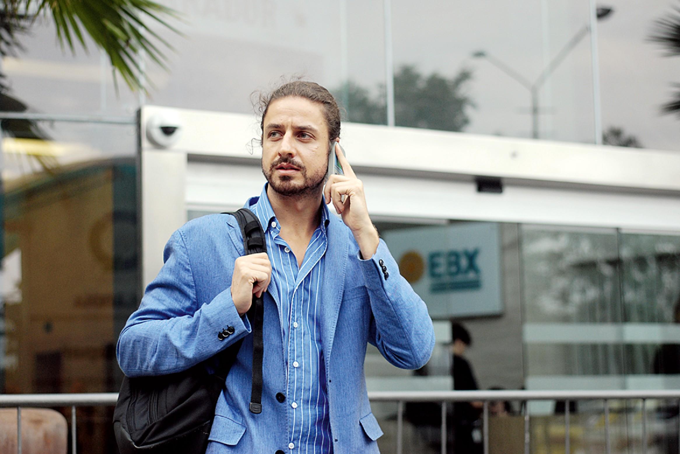 o empresário, minutos antes de entrar numa reunião na EBX, de Eike Batista