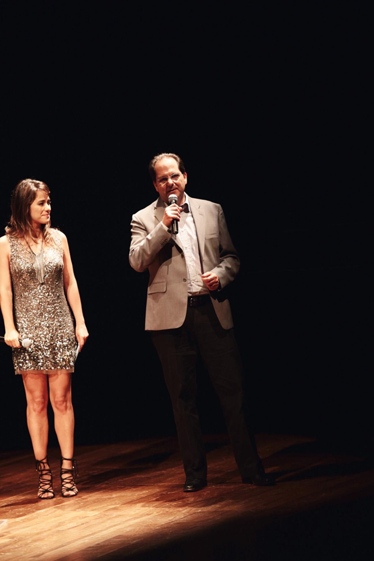 a atriz Miá Mello e Vasco Luce, da Pepsi, participam da homenagem