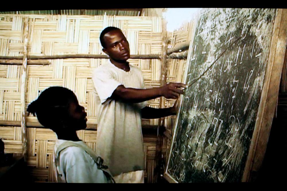 Cenas do documentário que Zanotti dirigiu sobre as escolas de bambu