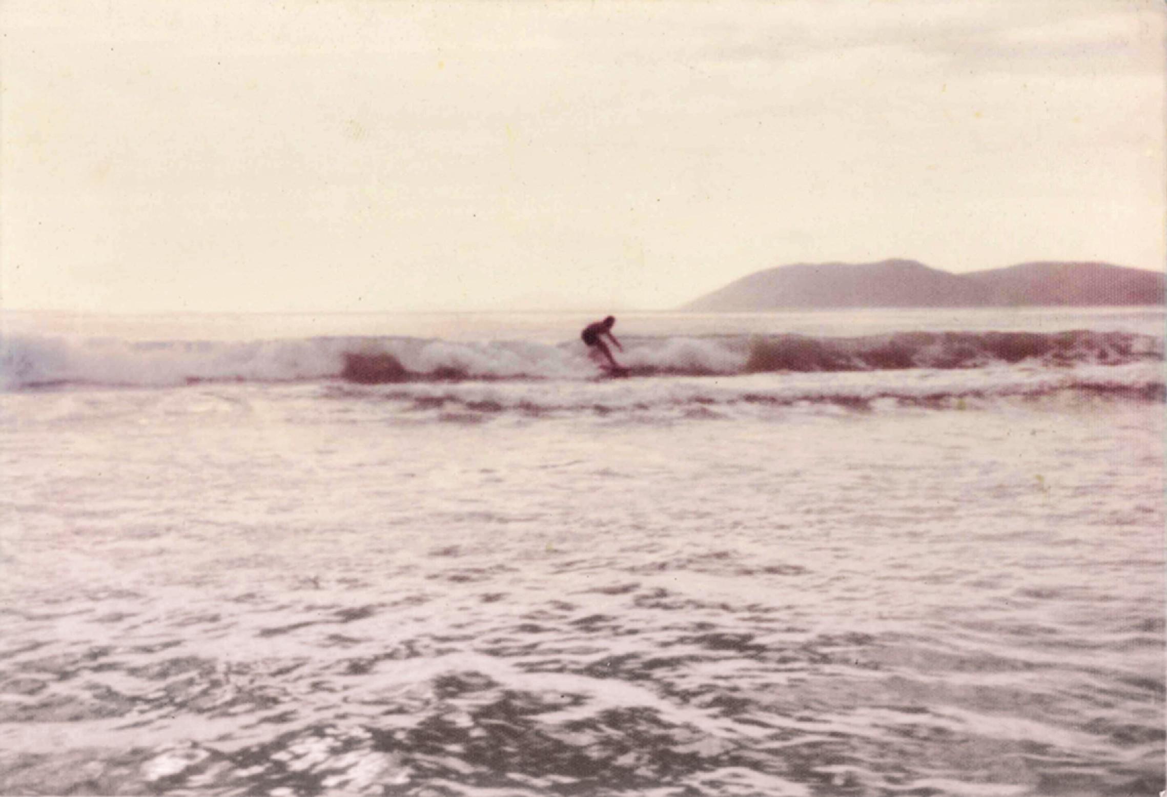 adolescente em Cabo Frio, logo que começou a surfar