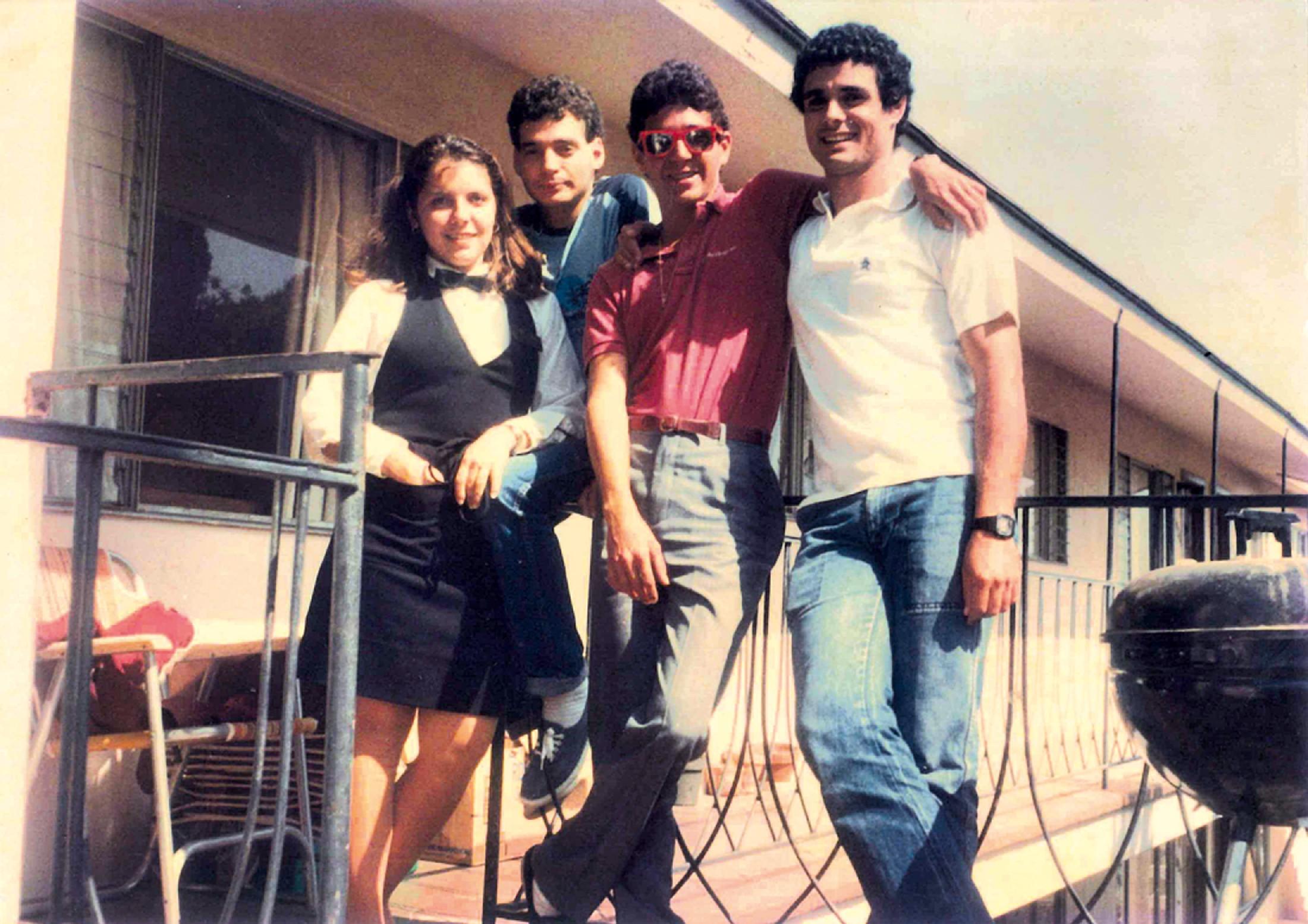 Em frente à casa que morou em San Diego, em 1981, com os amigos Malu, Carlinhos Davies e João Davies
