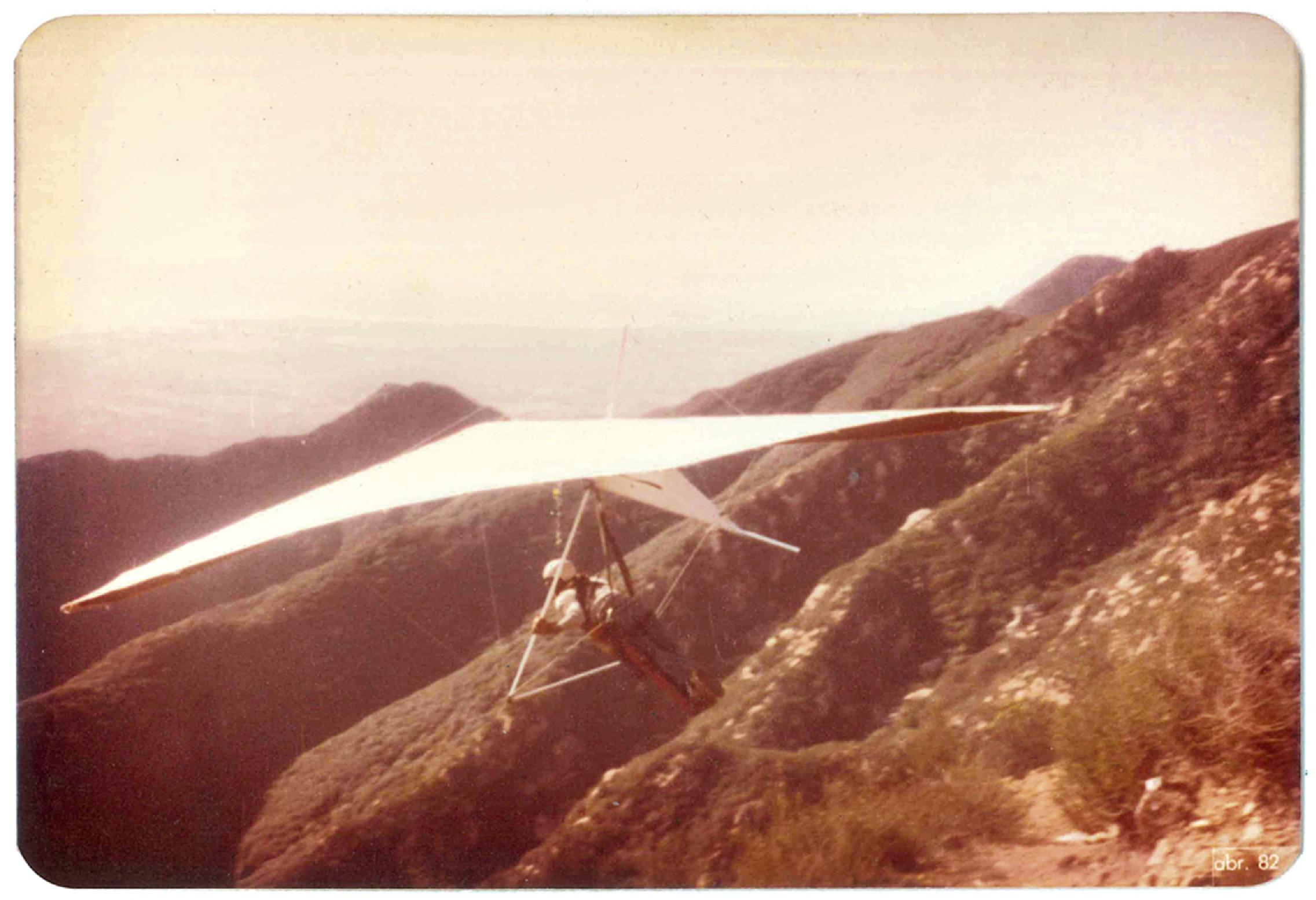 em Santa Barbara (Califórnia), quando voava de asa delta escondido dos pais
