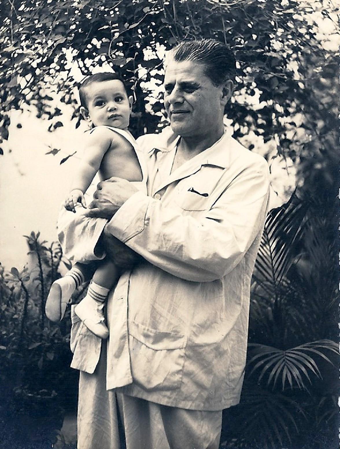 no colo do avô Semi Zattar, com um ano de idade