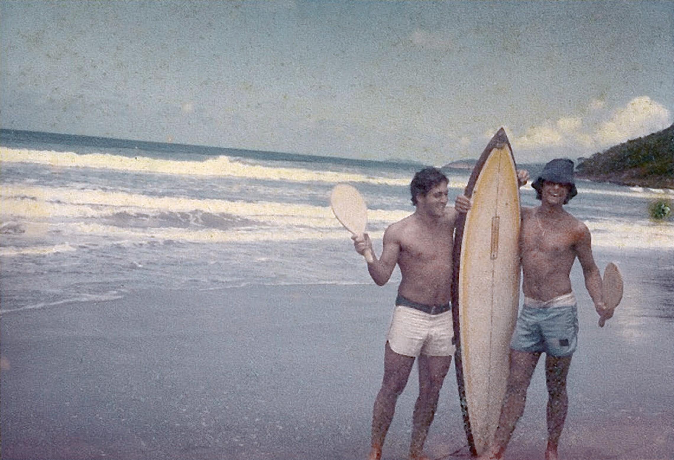 em Itamambuca em 1977 com o amigo de adolescência Marcio Colonesi