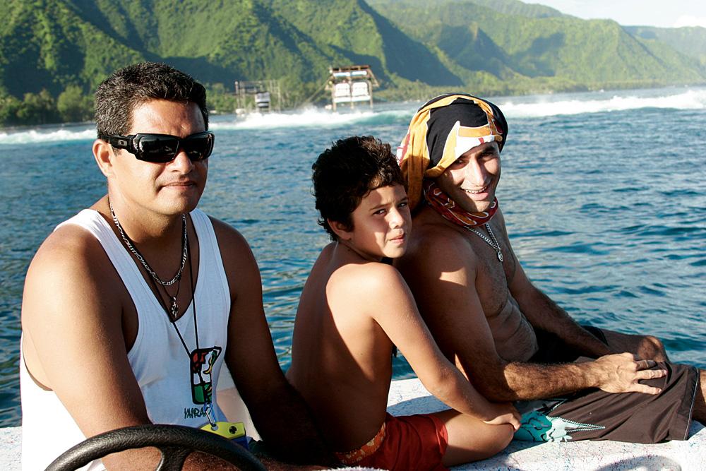 Marama e o surfista Renan Rocha. Entre eles, o filho do taitiano, batizado em homenagem ao brasileiro