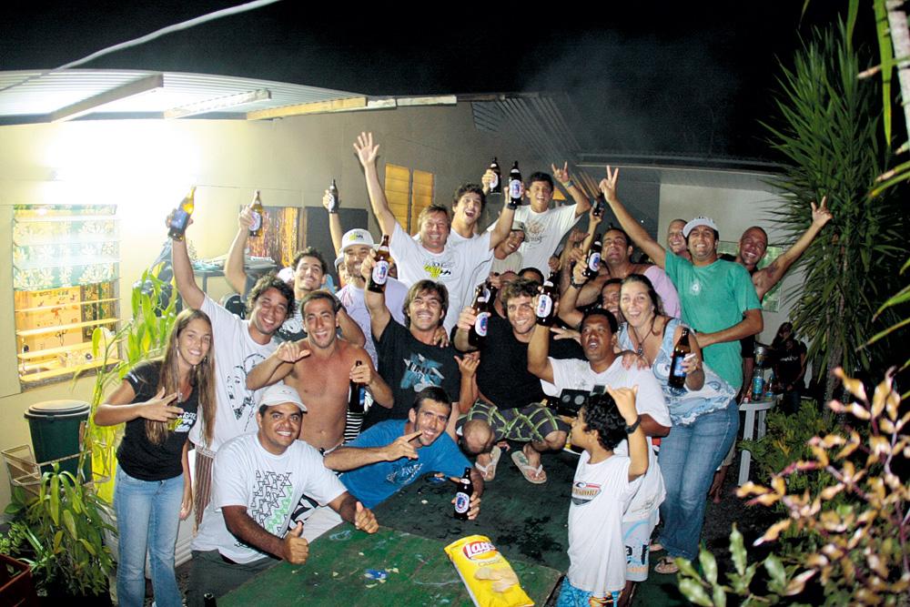 Brasileiros comemoram vitória de Bruno Santos na Marama House, em 2008