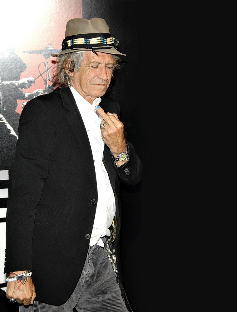 Keith Richards, dos Rolling Stones, segurou o dedo médio das mãos em US$ 2 milhões