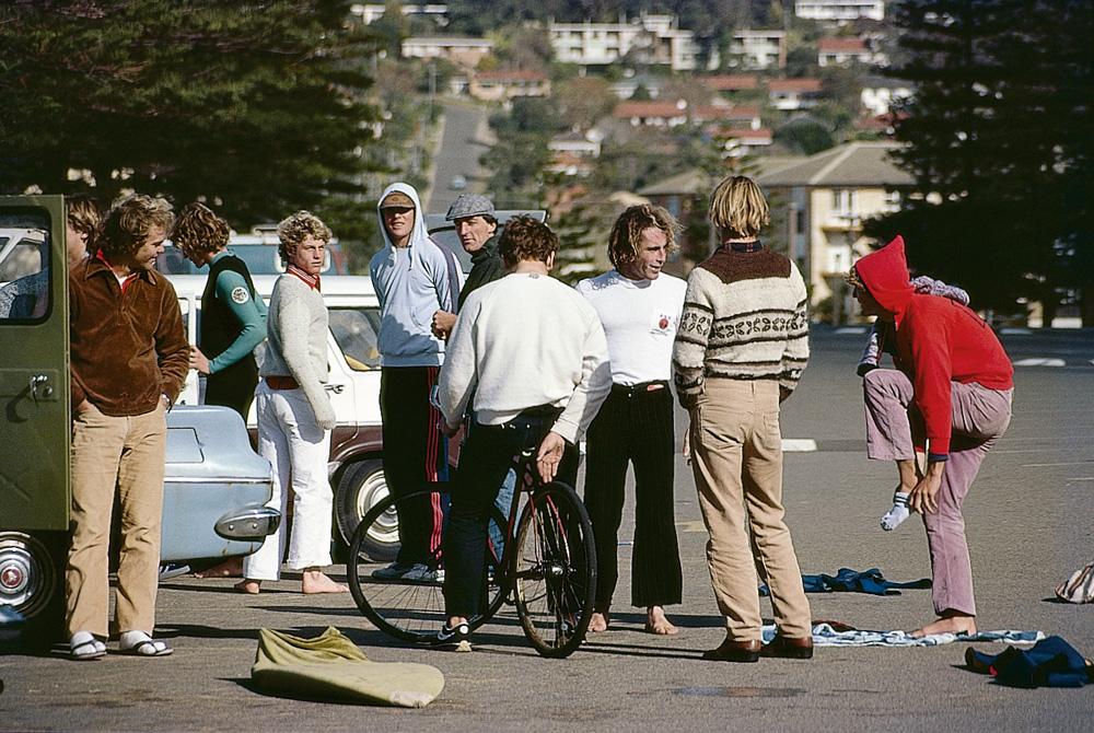 Nick e os amigos no estacionamento ponto de encontro em Newport, nos anos 70