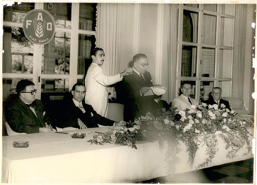 Josué de Castro (o segundo da esquerda para a direita), em 1952