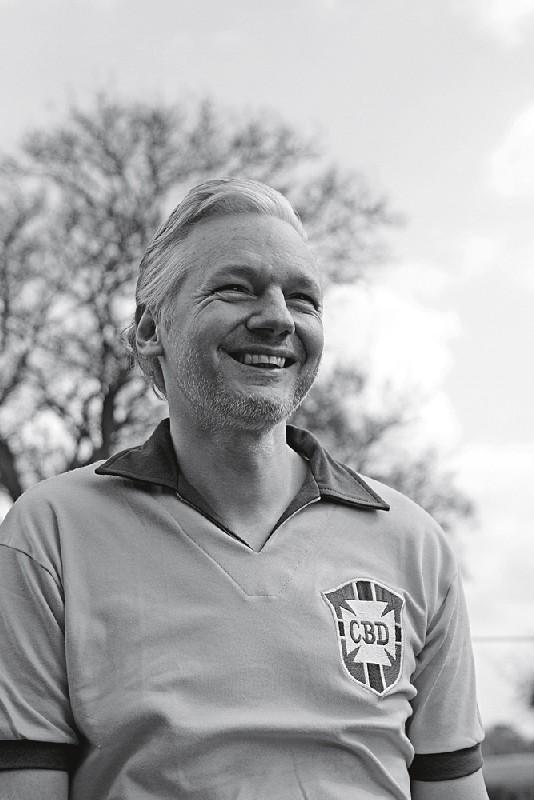 Em prisão domiciliar na época, Julian Assange sorri para a Trip, em maio de 2011