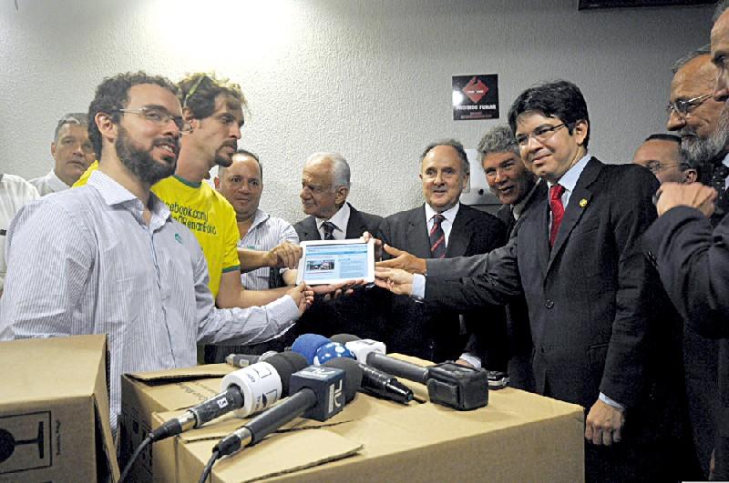 Pedro Abramovay (de barba, em primeiro plano)em ação em Brasília