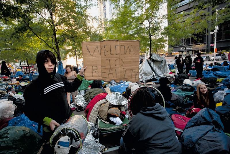 Ativistas de todas as idades dormem na praça durante o Occupy Wall Street