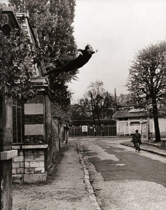 Saut dans le vide (Salto no Vazio), imagem criada em 1960 pelo artista francês Yves Klein, faz uma crítica às expedições lunares da NASA, 'arrogantes e estúpidas'