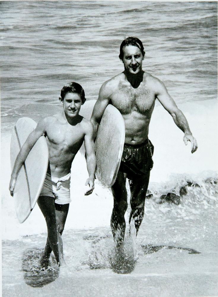 Jeff e o pai saindo de uma session no Havaí