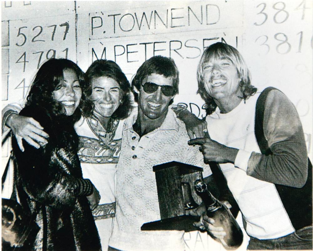 campeão da etapa de Bell's Beach, em 1976, acompanhado de Rory Russel e amigos