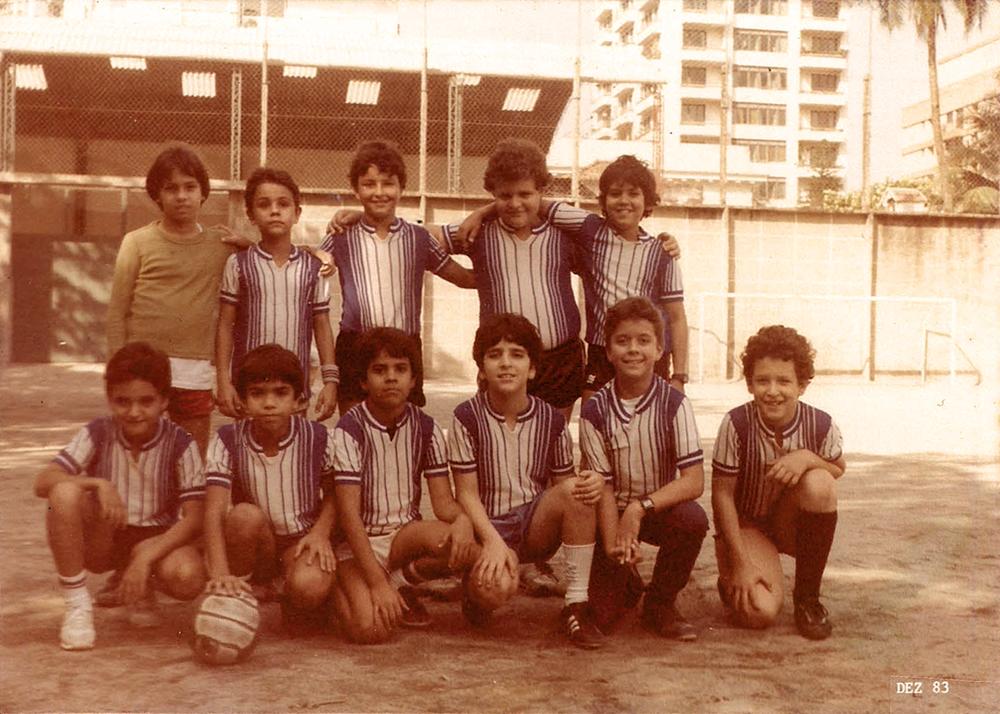 Em 1983, com o time de futebol do colégio Santo Inácio, no Rio. 'Minhas memórias de infância são as melhores do mundo'