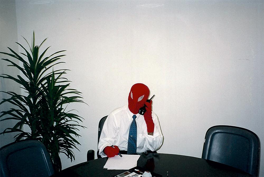 de Homem-Aranha, gravando esquete no banco Icatu (2002)