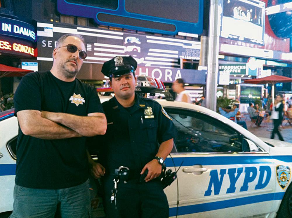 em Nova York, com um policial que conhecia CSI Nova Iguaçu (2011)