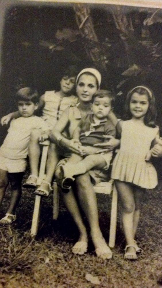 No colo da mãe Helena Vera com o irmão e as duas irmãs