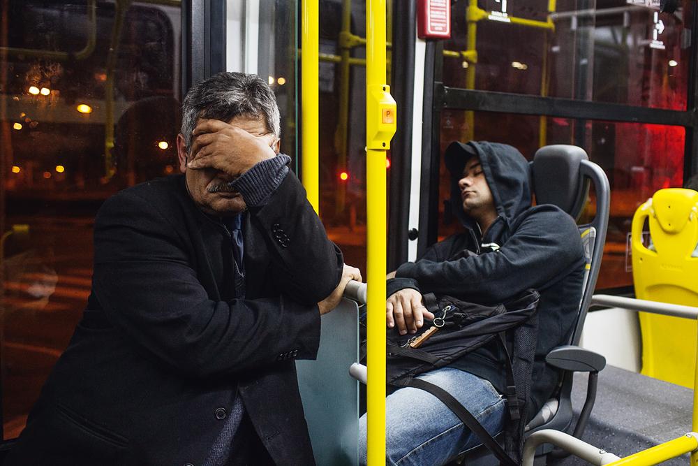 Passageiros dormem durante a viagem que vai do centro à zona leste