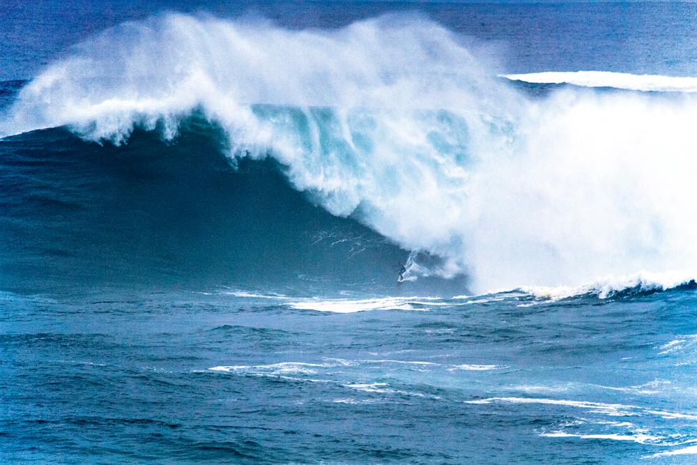 O que é um pontinho preto no meio de uma imensidão azul? É Carlos Burle na (provavelmente) maior onda surfada de todos os tempos
