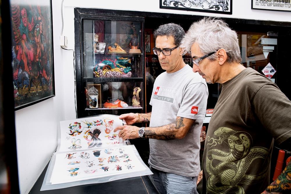 Tatuado e tatuador trocam figurinhas