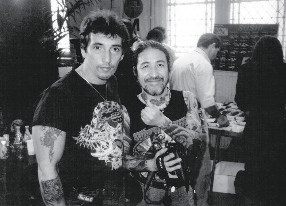 Com o tatuador Horiyoshi em Bolonha, na Itália, em 1993