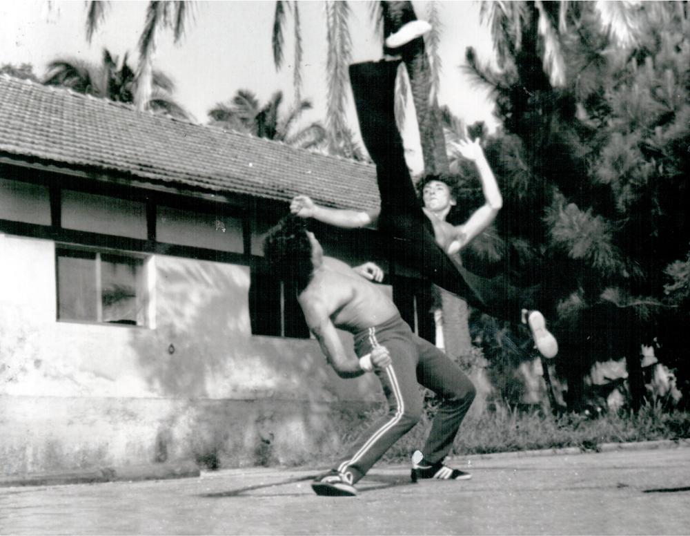 Caio provando que é mestre também na capoeira