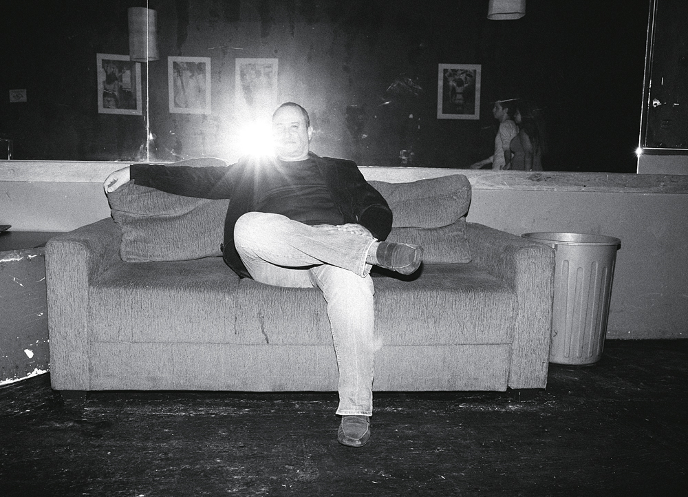 Paulo Machado, ex-religioso, atual dono de balada liberal. Ah, se esse sofá falasse...