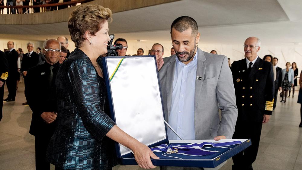 Recebendo medalha de Dilma Roussef pelos 20 anos do AfroReggae