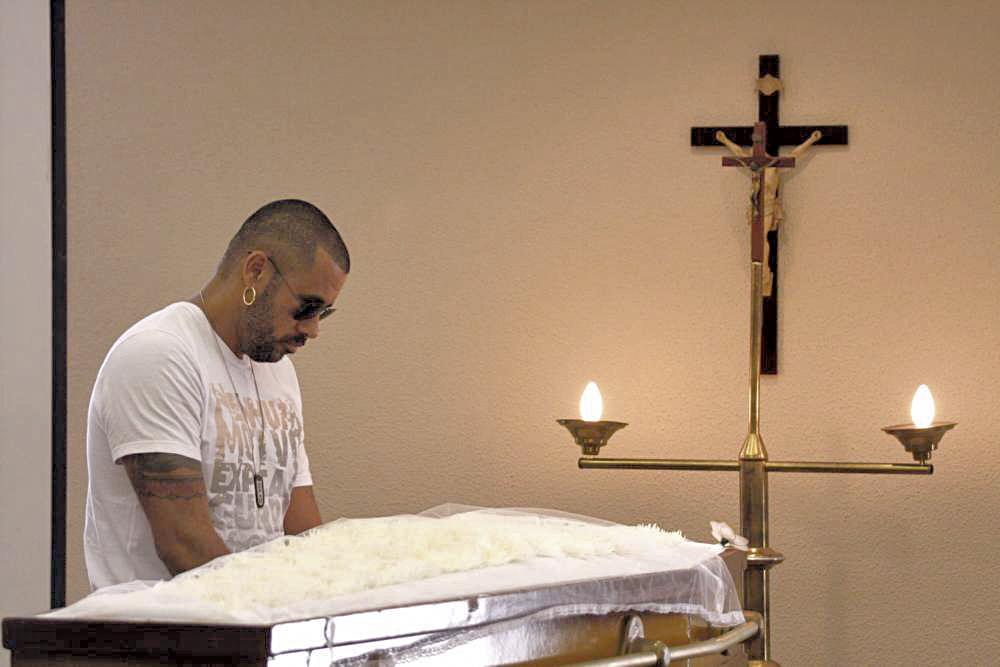 No velório de Evandro João, coordenador do AfroReggae, assassinado em 2009