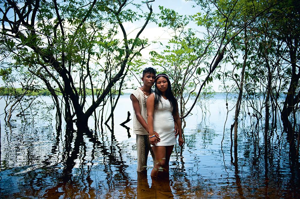 Mui Pirvata, 15 anos, e a mulher.