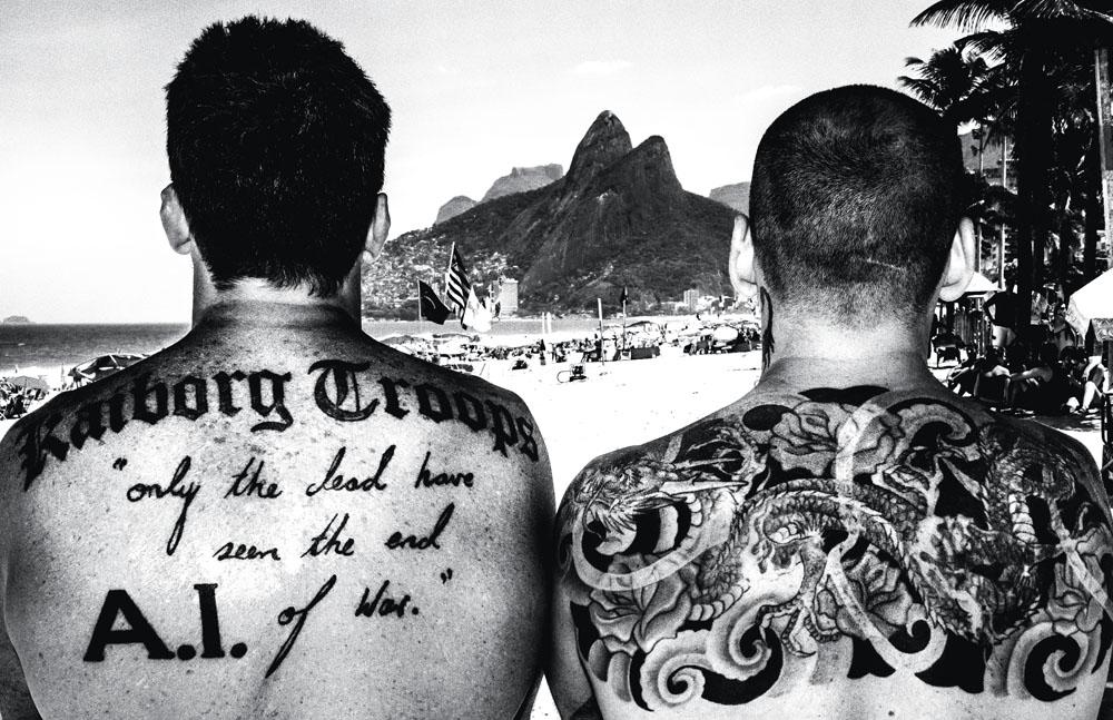 Os dois irmãos e suas costas tatuadas