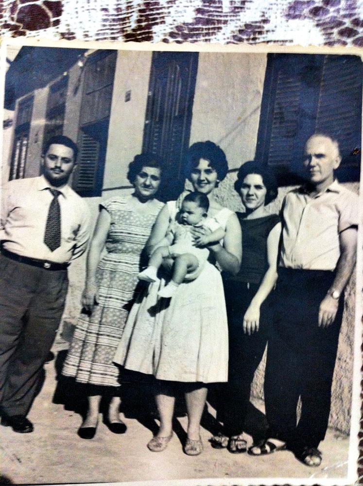 Nos braços da mãe, com o pai (de gravata) e os tios no Rio, em 1959